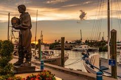 Mergulhador Sculpture da esponja no por do sol em Tarpon Springs fotos de stock royalty free