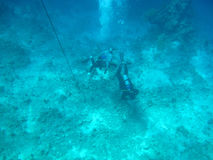 Mergulhadores na parte inferior de mar Imagens de Stock