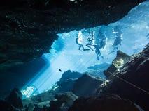 Mergulhadores no cenote Chac Mool fotografia de stock