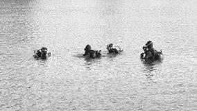Mergulhadores prontos para a descida BW Fotografia de Stock Royalty Free