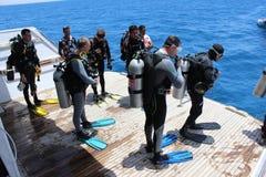 Mergulhadores que esperam para saltar Foto de Stock Royalty Free