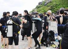 Mergulhadores que preparam-se para mergulhar, Koh Nanguan, Tailândia Imagens de Stock