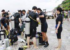 Mergulhadores que preparam-se para mergulhar, Koh Nanguan, Tailândia Imagem de Stock
