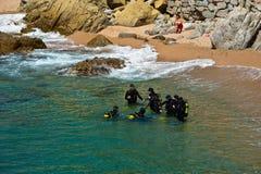 Mergulhadores que preparam-se para mergulhar no mar Fotos de Stock