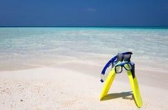 Mergulhando a engrenagem na praia imagens de stock royalty free
