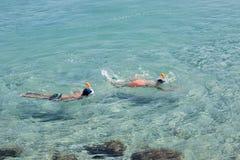 Mergulhar de dois meninos foto de stock