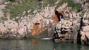 Mergulhe no mar em Vrbnik, ilha Krk, Croácia video estoque