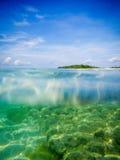 Mergulho abaixo no mar Fotos de Stock
