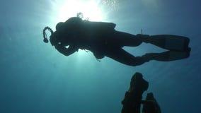 Mergulho autônomo perto da embarcação oxidada da carga do naufrágio subaquática filme