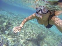 Mergulho autônomo da mulher em um mar transparente Imagem de Stock Royalty Free