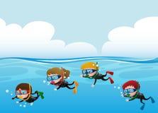 Mergulho autônomo de quatro crianças sob o oceano Fotografia de Stock
