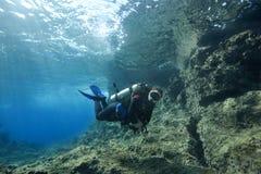 Mergulho autónomo na água pouco profunda Imagem de Stock Royalty Free