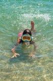 Mergulho bonito da moça no mar imagens de stock royalty free