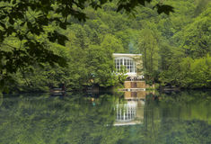 Mergulho-centro no lago azul Mola Kabardino-Balcária Imagens de Stock Royalty Free