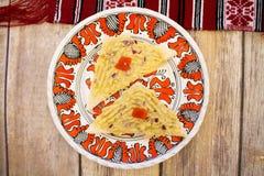 Mergulho da beringela em fatias do pão Imagens de Stock