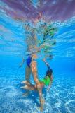 Mergulho da mãe e da filha na piscina Imagem de Stock