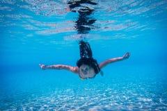 Mergulho da menina com os olhos abertos na piscina fotos de stock royalty free