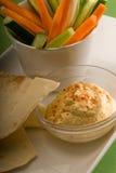 Mergulho de Hummus com pão e vegetal do pita Fotografia de Stock Royalty Free