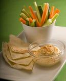 Mergulho de Hummus com pão e vegetal do pita Imagens de Stock