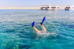 Mergulho de Snorkeler abaixo do mar Fotos de Stock Royalty Free
