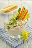 Mergulho do coalho com verdes e um prato lateral de legumes frescos foto de stock royalty free
