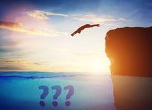 Mergulho do homem na água do penhasco alto ao desconhecido ilustração royalty free