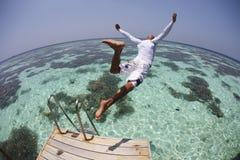Mergulho do homem na lagoa azul Fotografia de Stock