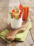 Mergulho do petisco dos legumes frescos e de queijo do iogurte. Fotos de Stock Royalty Free