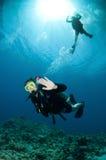 Mergulho feliz do mergulhador dos pares junto Imagens de Stock Royalty Free