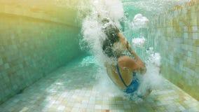 Mergulho moreno na piscina no movimento lento video estoque