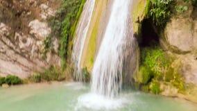Mergulho na cachoeira do Neda em Grécia com câmera da ação vídeos de arquivo