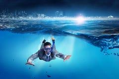 Mergulho no homem de negócios da água Meios mistos foto de stock