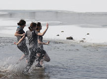 Mergulho polar de Nebraska dos Jogos Paralímpicos com os 3 concorrentes da senhorita Nebraska Foto de Stock