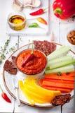 Mergulho Roasted da pimenta, molho, propagação com cenoura fresca, varas de aipo Imagens de Stock Royalty Free