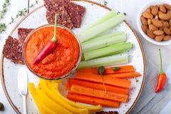 Mergulho Roasted da pimenta, molho, propagação com cenoura fresca, varas de aipo Fotos de Stock Royalty Free