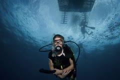 Mergulho sob o barco, Largo chave da mulher Fotos de Stock Royalty Free