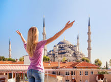 Merhaba,伊斯坦布尔!女孩在伊斯坦布尔欢迎蓝色清真寺 免版税库存图片