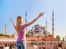 Merhaba Istanbul! Flickan välkomnar den blåa moskén i Istanbul Royaltyfria Bilder