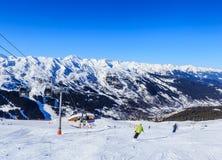 Meribel滑雪胜地的倾斜的滑雪者  库存图片