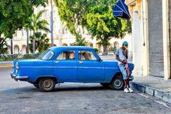 Merican经典汽车和抽烟的雪茄 免版税库存照片