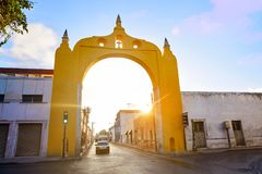 Merida Arco del Puente Arch i Yucatan Royaltyfri Fotografi