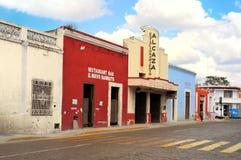MERIDA MEXICO - FEBRUARI 19: Historisk byggnad på den huvudsakliga gatan i Merida City Yukatan February 19, 2014 Mexico Royaltyfri Bild