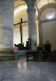 Merida Mexico January 2015: Hogere vrouw in de belangrijkste kathedraal in Merida Mexico Royalty-vrije Stock Fotografie