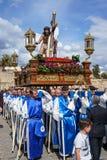 Merida, Spanje April 2019: Een groep dragers, riep Costaleros, dragend een godsdienstige vlotter stock afbeeldingen