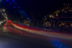Merida-Yucatan-mei-2018:? Straat en restaurant door de lichten van de auto's wordt verlicht die stock foto
