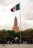 Merida Yucatan Mexico, Januari 22, 2015: Stadshus och mexicansk flagga som är synliga från den huvudsakliga fyrkanten i Merida Me Arkivbild