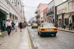 Merida/Yucatan, Mexico - Maj 31, 2015: Den gula taxien på gatan i staden av Merida, Yucatan, Mexico Fotografering för Bildbyråer