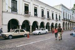 Merida/Yucatan, Mexico - Maj 31, 2015: Folk som går, bilparkering i centret av Merida, Mexico Arkivfoto
