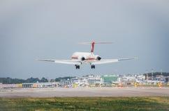 meridiana班机商业飞机在米兰` s利纳泰区机场登陆 利纳泰区是为许多短服务的意大利航空的一个主要插孔 免版税库存图片