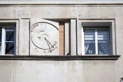 Meridiana antica sulla parete esterna di costruzione a Varsavia Immagini Stock